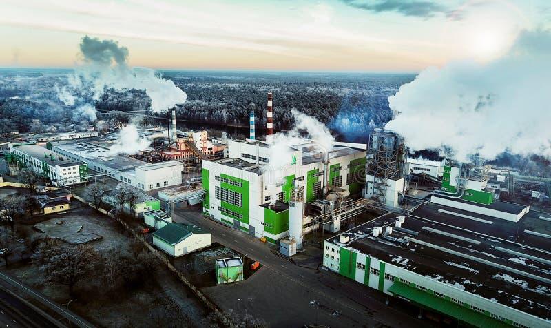 Avaliação aérea da fábrica de woodworking Poluição ambiental imagens de stock