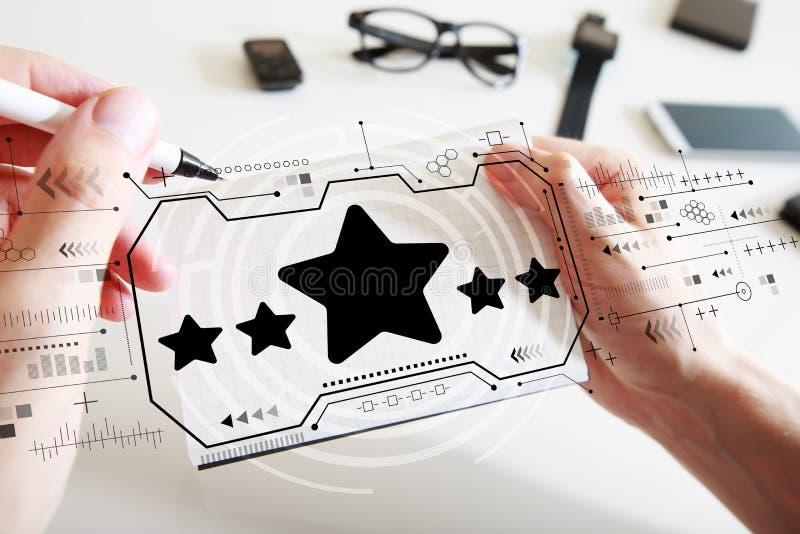 Avaliação de cinco estrelas com um caderno fotografia de stock