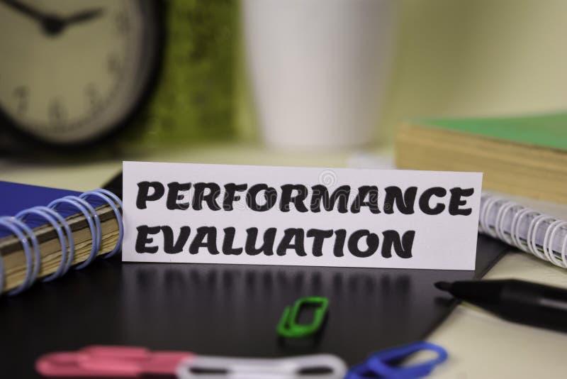 Avaliação de desempenho no papel isolado nele mesa Conceito do neg?cio e da inspira??o imagem de stock royalty free