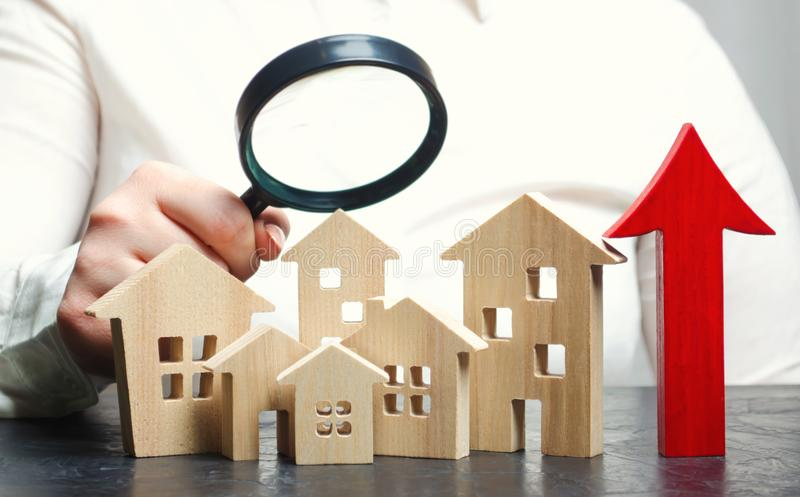Avaliação de mercado imobiliário Casas e acima seta de madeira Aumentado em preços de alojamento Preço da elevação para utilidade imagem de stock