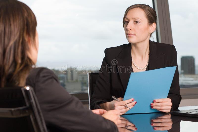 Avaliação de um empregado no escritório imagens de stock royalty free