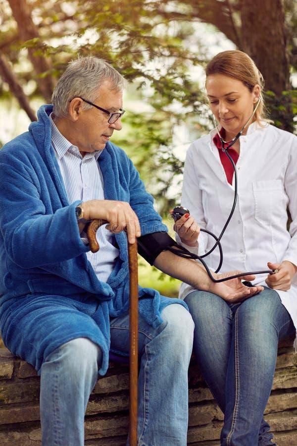 Avaliação dos hospitais, dos laboratórios e das clínicas do elderl da pressão sanguínea fotografia de stock royalty free