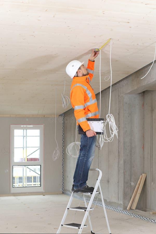 Avaliador perito da construção que verifica uma construção nova fotografia de stock