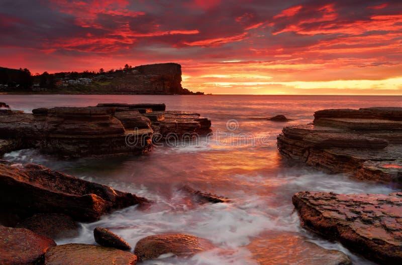 从Avalon海滩澳大利亚的燃烧的日出 免版税库存照片
