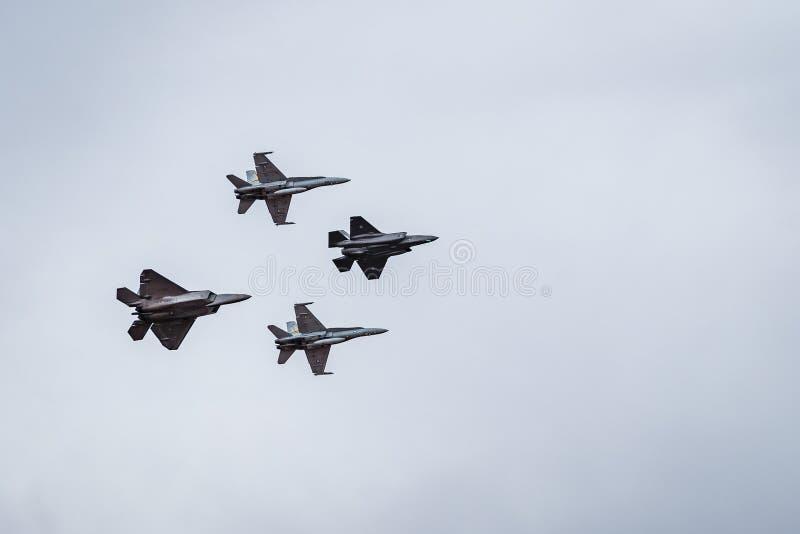 Avalon, Мельбурн, Австралия - 3-ье марта 2017: Военные двигатели летая в образование стоковая фотография