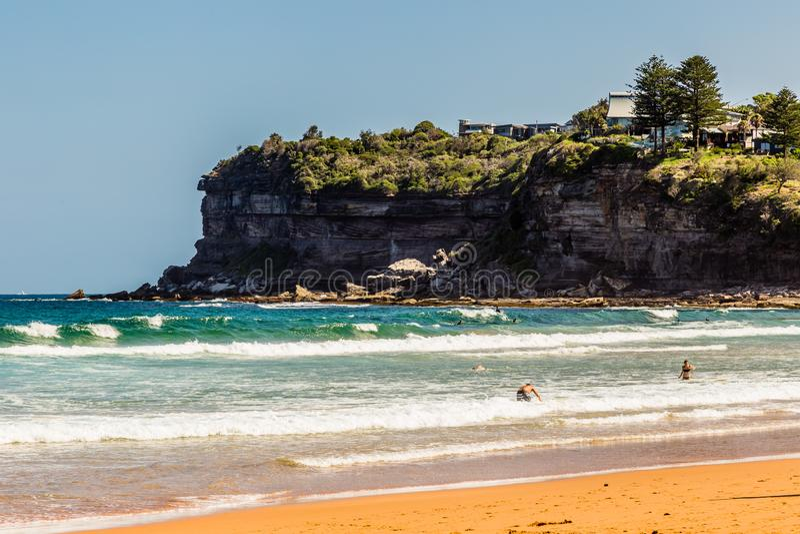 Avalon Beach, NSW, Australia, 2018, il 4 gennaio: Vista della spiaggia e del promontorio immagini stock