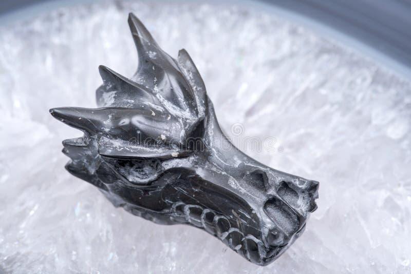 Avalon smoka czaszka na okrzesanej wielkiej naturalnej agat cegiełce od Brazylia Leczniczy kryształ fotografia stock