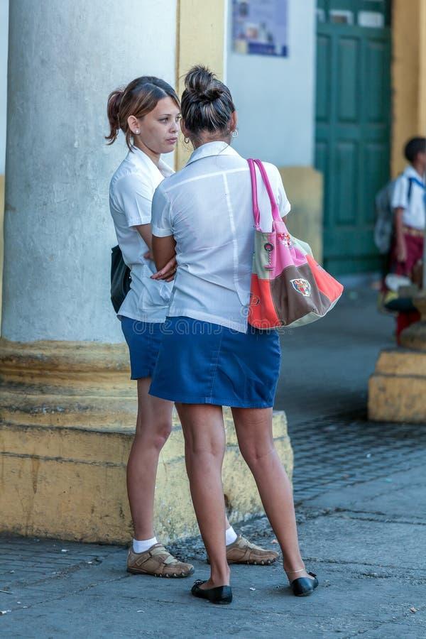 AVANA, CUBA - 2 APRILE 2012: Gruppo di studenti cubani che aspettano bus fotografia stock