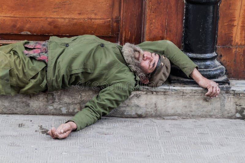 AVANA, CUBA - 22 FEBBRAIO 2016: Uomo senza tetto che dorme sulla via a vecchia Avana immagini stock libere da diritti