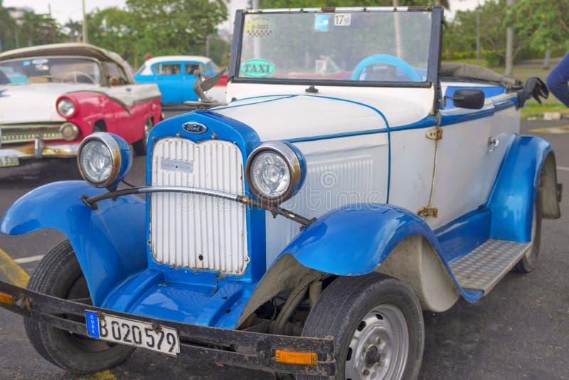 AVANA, CUBA - 4 GENNAIO 2018: Una retro automobile americana classica Ford ha parcheggiato su Havana Street in Cuba immagini stock