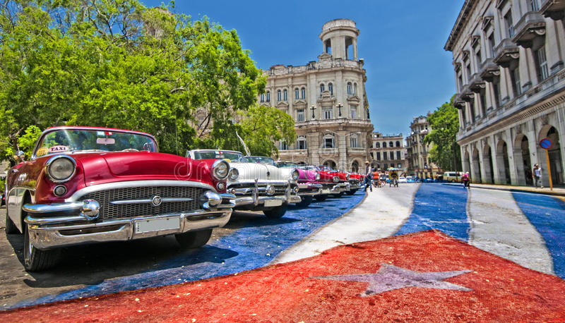 AVANA, CUBA - 27 GIUGNO 2016 Automobili americane classiche d'annata, COM fotografie stock libere da diritti