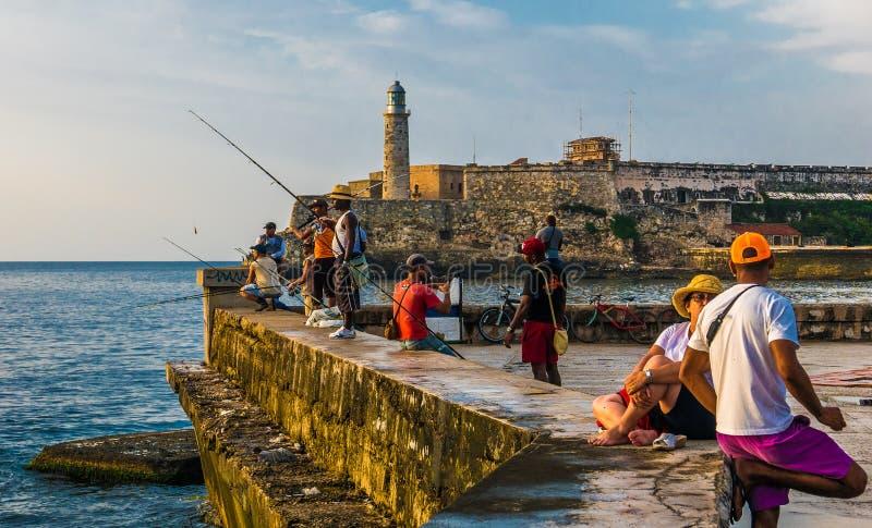 Avana, Cuba Giugno 2018 EL Malecon di Avana: gente cubana che pesca al tramonto immagini stock
