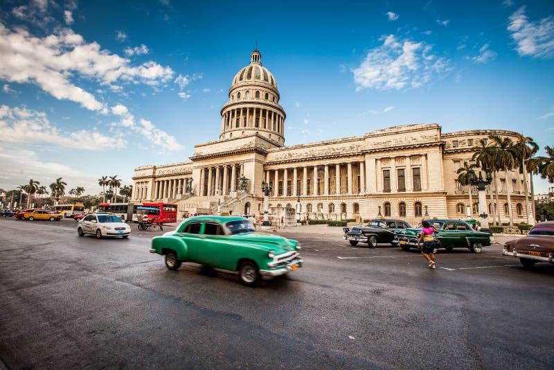 AVANA, CUBA - 7 GIUGNO 2011: Vecchi giri americani classici dell'automobile fotografie stock libere da diritti
