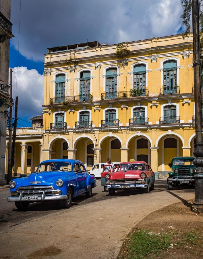 AVANA, CUBA - 29 ottobre 2015 le automobili di Chevrolet sono utilizzate come taxi sulle vie di vecchia Avana, Avana, Cuba Ciò è  fotografie stock libere da diritti