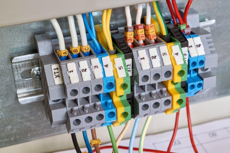 Avance-à travers des terminaux de vis pour relier le Cabinet électrique aux canalisations photo libre de droits