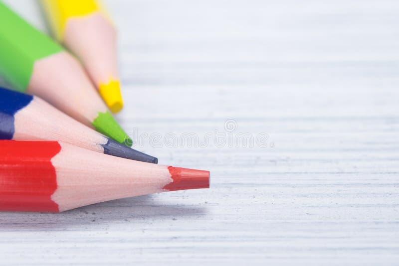 Avance de crayon quatre multicolore, plan rapproché, sur un fond clair images stock