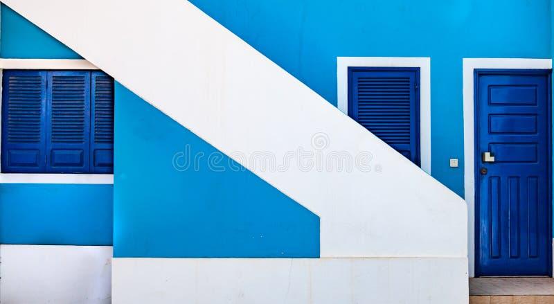 Avant bleu de maison avec l'escalier blanc diagonal photographie stock libre de droits