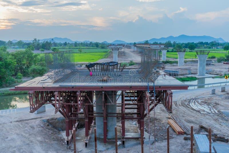 Avant coucher du soleil à la construction de passage supérieur pour l'autoroute Kanchanaburi image libre de droits