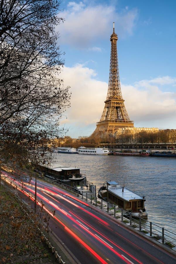 Avant coucher du soleil chez Tour Eiffel et la Seine, Paris images libres de droits