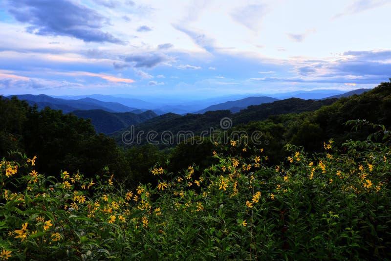 Avant coucher du soleil sur Ridge Parkway bleu images libres de droits