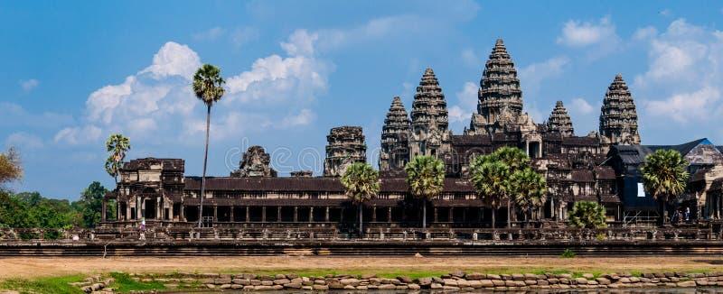 Avant d'Angkor Vat sous le cloudscape photo libre de droits