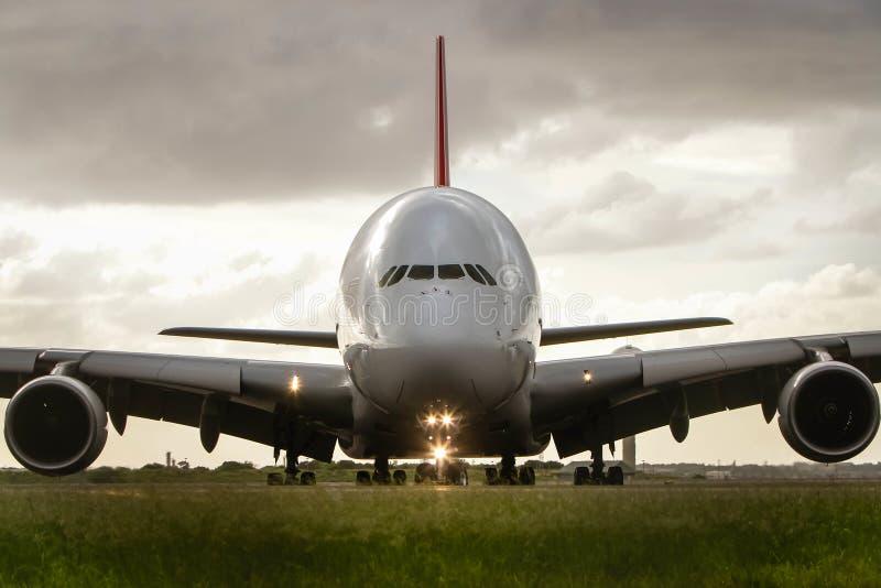 Avant d'avion de ligne d'avion à réaction d'Airbus a380 en fonction photo stock