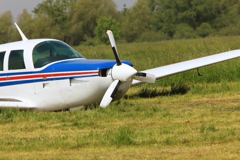 Avant d'un avion privé avec un propulseur sévèrement endommagé photo stock