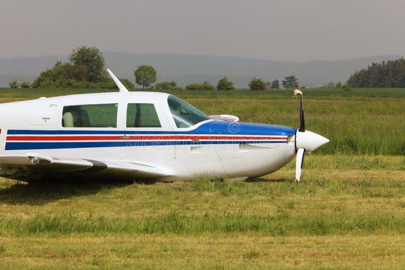 Avant d'un avion privé avec un propulseur sévèrement endommagé photos libres de droits