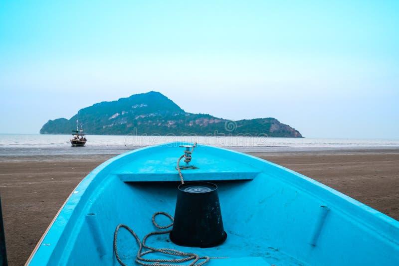 Avant d'un bateau se dirigeant au fond d'île de montagne de mer photos libres de droits