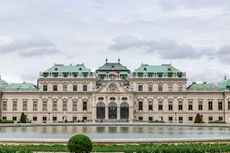 Avant de belvédère supérieur avec le drapeau autrichien à Vienne images stock