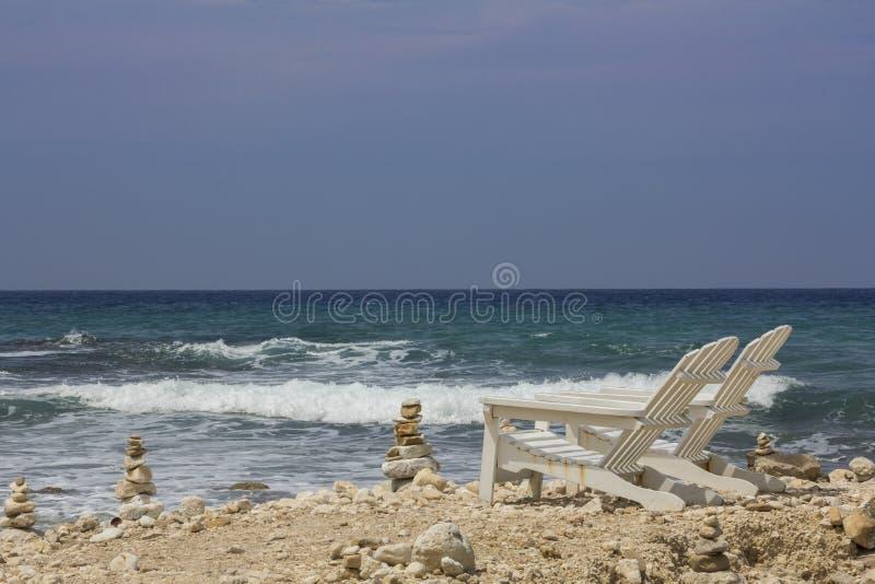 Avant de chaise de plate-forme deux à l'océan image stock