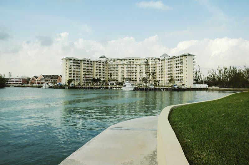Avant de l'eau au port franc, Bahama grand photographie stock libre de droits