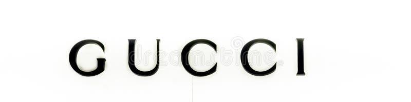 Avant de magasin de Gucci dans le mail dans l'aéroport de Paris Gucci est une marque de luxe italienne de mode et de marchandises images stock