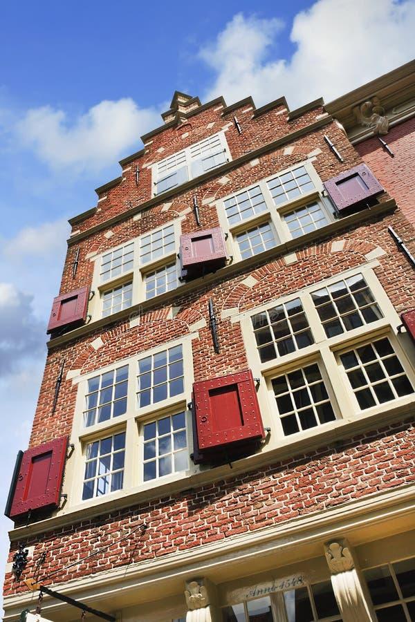 Avant de pignon d'étape de maison antique à Delft, Pays-Bas photo stock