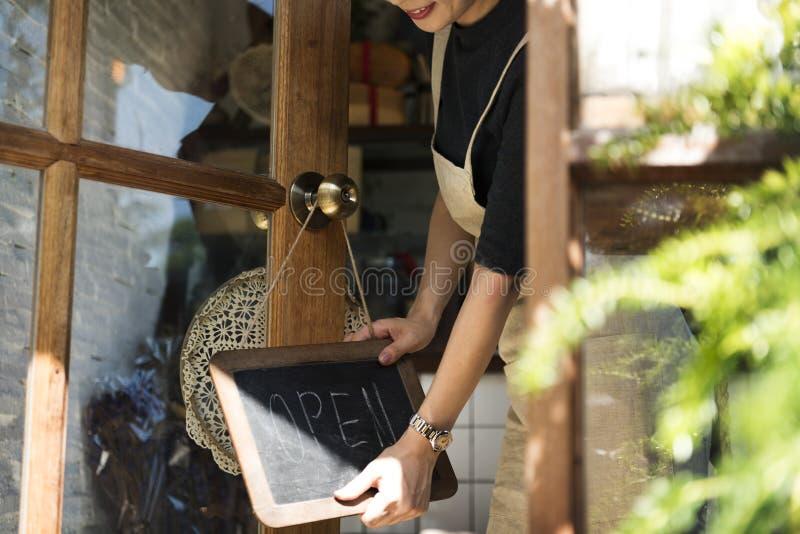 Avant de vente au détail d'avis d'accueil de vente au détail d'atelier ouvert de café photo stock