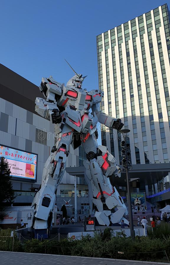 Avant debout grandeur nature de statue d'Unicorn Gundam de plaza Tokyo de ville de plongeur dans Odaiba photographie stock libre de droits