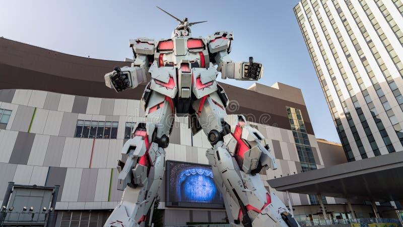 Avant debout grandeur nature de statue d'Unicorn Gundam de plaza Tokyo de ville de plongeur dans Odaiba, Japon photos stock