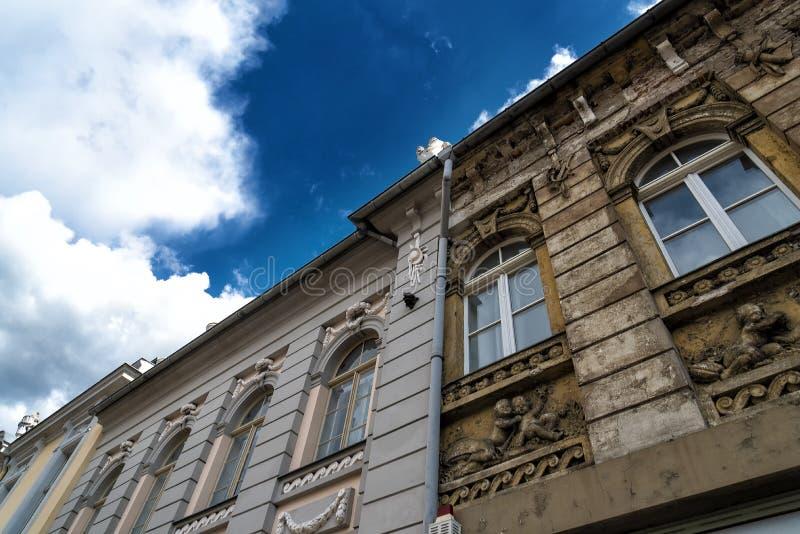 Avant du bâtiment avec la vieille et reconstruite partie photographie stock libre de droits