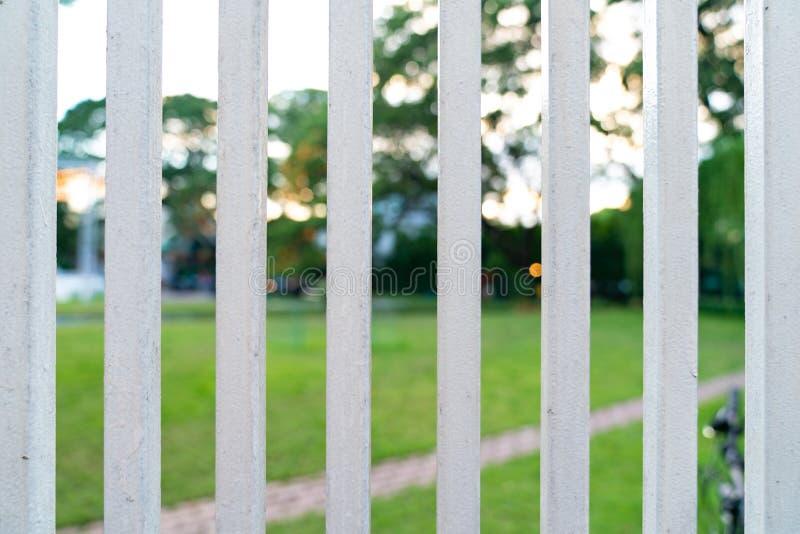 Avant en acier blanc vertical de Grille de barrière de jardin photographie stock libre de droits