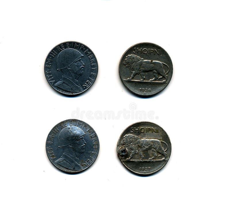 Avant et après : Deux ensembles de pièces de monnaie albanaises avant et pendant l'invasion italienne de l'Albanie photos stock