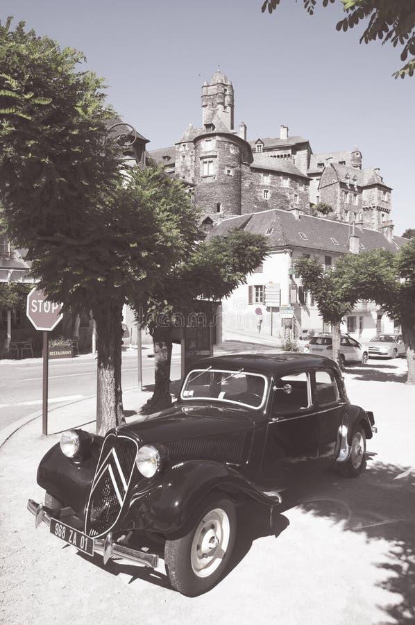 Avant för Citroen dragkraft som parkeras nära en medeltida slott i Estaing, Frankrike fotografering för bildbyråer