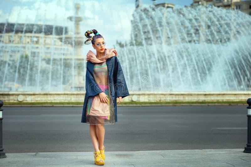 Avant Garde Estilo na moda de rua, mulher modelo com roupa engraçada e cabelos loucos foto de stock royalty free
