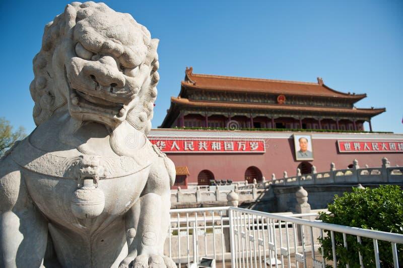 Avant la porte de tiananmen les lions en pierre photographie stock
