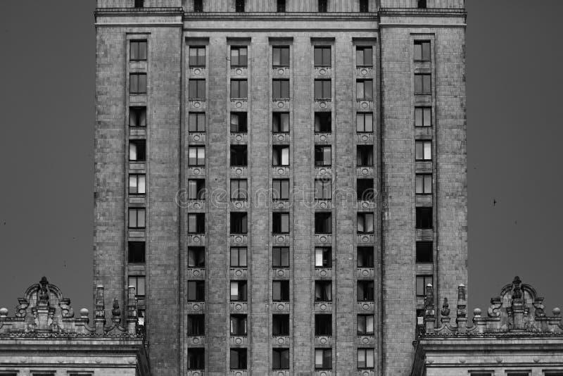 Avant noir et blanc du bâtiment résidentiel à Varsovie Modèles verticaux, lignes, résumé photo libre de droits
