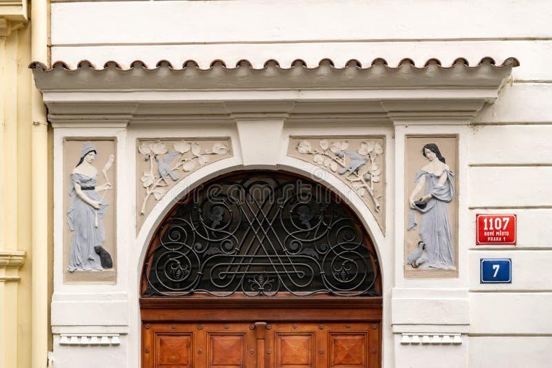 Avant ornementé d'une maison à Prague avec des signes image libre de droits