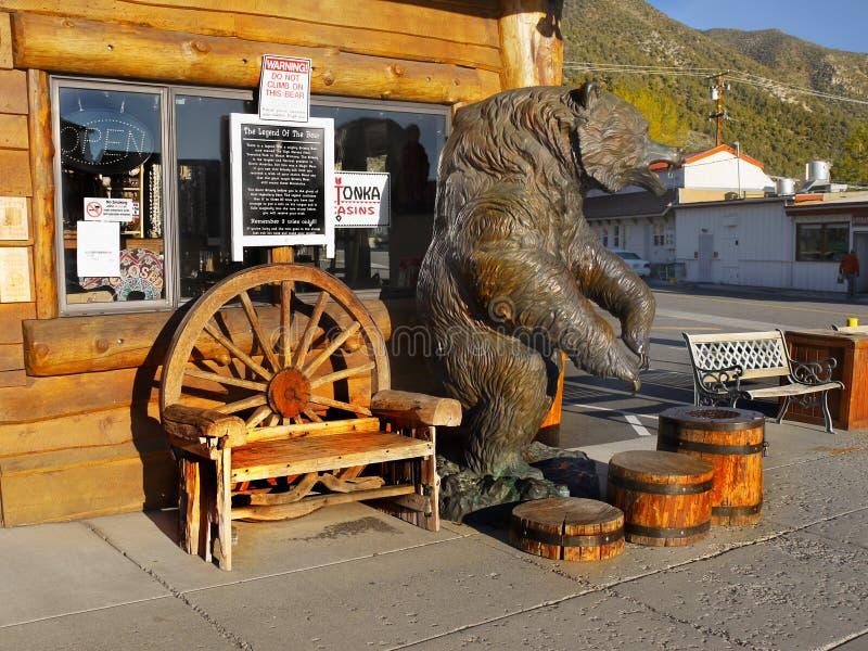 Avant-poste en bronze d'ours, Lee Vining, Sierra Nevada image libre de droits