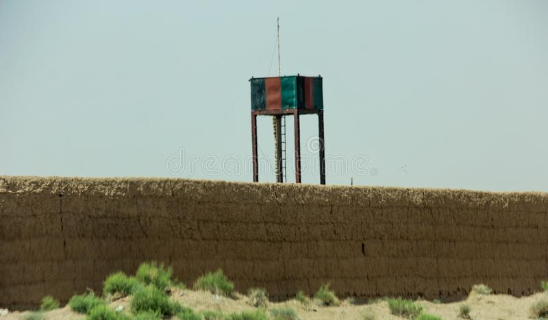 Avant-poste militaire de l'Afghanistan au milieu du désert images stock