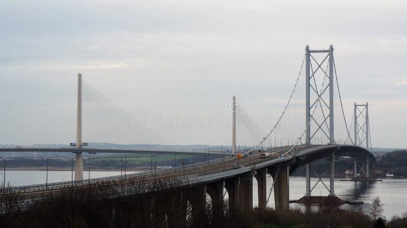 Avanti il ponte e il Queensferry della strada che attraversano la Scozia fotografie stock