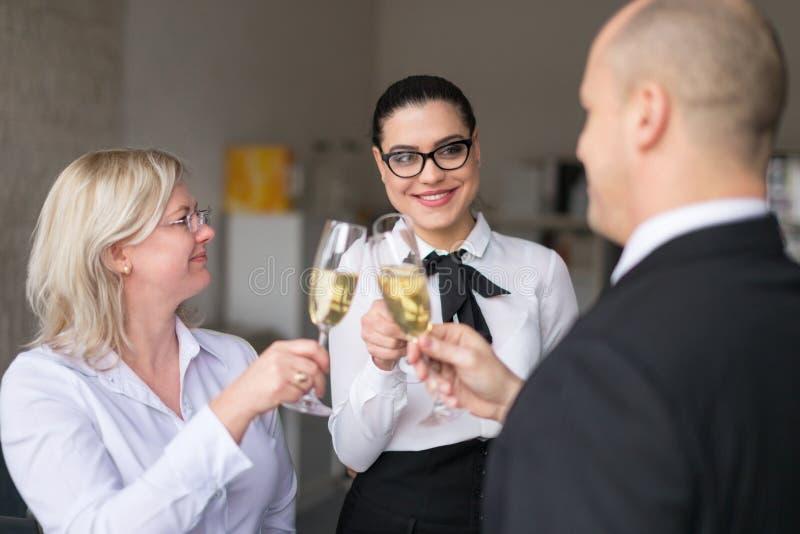 Avanzamento leale degli impiegati nella carriera in ufficio fotografia stock