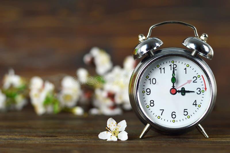 Avanzamento primavera Tempo di salvataggio Daylight fotografia stock